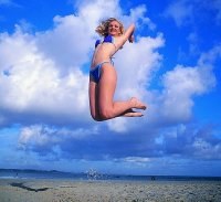 kobieta podskakująca do góry